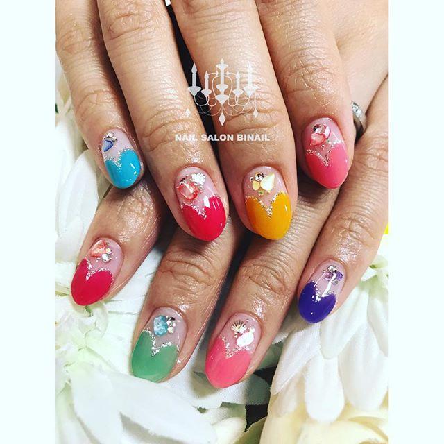 「お友達のネイルですいつも派手好きなので、新色を全て使ってシェルストーンで夏ネイルに....ネイルサロン 美NAIL.Add: 神戸市北区北五葉1-6-1HP: http://www.bnail.jp/.#nail #nails #nailart #gelnail #kobe #ネイル #ネイルアート #ジェルネイル #ネイルデザイン #神戸市北区ネイルサロン #ネイルサロン美ネイル #美NAIL #シンプルネイル #派手ネイル #シェルストーン#ハートフレンチ (Instagram)