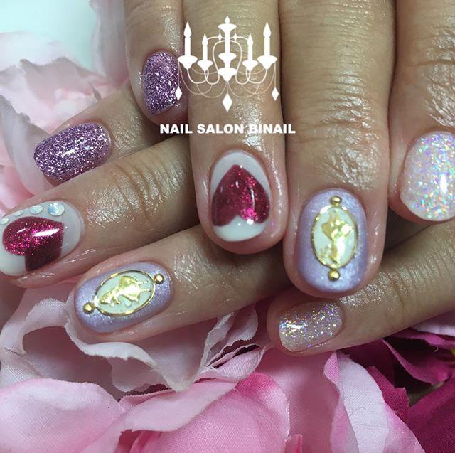 「ディズニープリンセスネイル今回はアリス️ハートやラメ、シールを組み合わせてみました.美ネイルではお花やキャラクターなどいろいろな種類のシールをご用意しております.ネイルサロン 美NAIL.Add:神戸市北区北五葉1-6-1HP:http://www.bnail.jp/.#nail #nails #nailart #gel nail #kobe #ネイル #ネイルアート #ジェルネイル #ネイルデザイン #神戸市北区ネイルサロン #ネイルサロン美NAIL #美NAIL#ネイルサロン美NAIL西鈴蘭台店#美NAIL西鈴蘭台店究極のフィルイン#パラジェル#自爪を削らない#自爪に優しい#ディズニープリンセス#不思議の国のアリス#シールアート (Instagram)