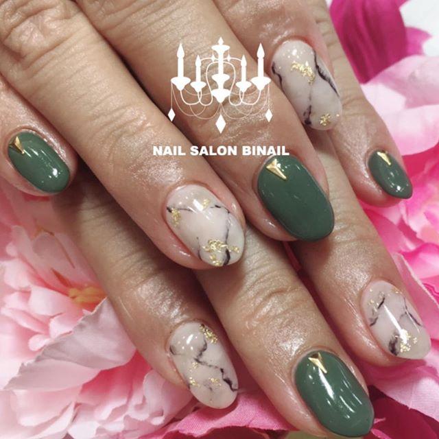 「カーキ×大理石ネイル大理石は色々なお色でお楽しみいただけます.少しお色を変えるだけで天然石が色々な顔に大変身🤩.秋にも大人気の大理石!ぜひお試しください️.ネイルサロン 美NAIL.Add:神戸市北区北五葉1-6-1HP:http://www.bnail.jp/.#nail #nails #nailart #gel nail #kobe #ネイル #ネイルアート #ジェルネイル #ネイルデザイン #神戸市北区ネイルサロン #ネイルサロン美NAIL #美NAIL#ネイルサロン美NAIL西鈴蘭台店#美NAIL西鈴蘭台店究極のフィルイン#パラジェル#自爪を削らない#自爪に優しい#大理石ネイル#カーキ#天然石ネイル#手書きアート (Instagram)