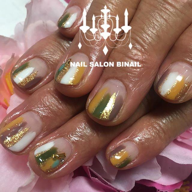 「秋カラー×塗りかけネイル.今年大人気の塗りかけネイル秋カラーで可愛いデザインも大人っぽく楽しんで頂けます.ゴールドのラメも合わせることでより華やかなネイルに大変身.ネイルサロン  美NAIL.Add:神戸市北区北五葉1-6-1HP:http://www.bnail.jp/.#nail #nails #nailart #gel nail #kobe #ネイル #ネイルアート #ジェルネイル #ネイルデザイン #神戸市北区ネイルサロン #ネイルサロン美NAIL #美NAIL#ネイルサロン美NAIL西鈴蘭台店#美NAIL西鈴蘭台店究極のフィルイン#パラジェル#自爪を削らない#自爪に優しい#秋カラー#塗りかけネイル#カーキ#からし色 (Instagram)