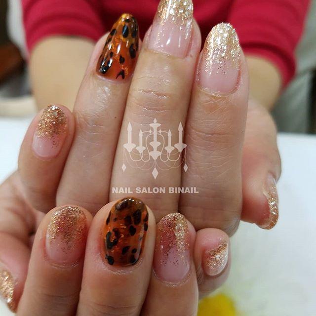「ネイルサロン 美NAILゴールドベースのラメグラデーションにレオパード柄を入れました。まだまだ、これから秋ネイル楽しんでください.Add: 神戸市北区北五葉1-6-1HP: http://www.bnail.jp/.#nail #nails #nailart #gelnail #kobe #ネイル #ネイルアート #ジェルネイル #ネイルデザイン #神戸市北区ネイルサロン #ネイルサロン美ネイル #美NAIL #秋ネイル#レオパード#ヒョウ柄#ラメグラデーション (Instagram)