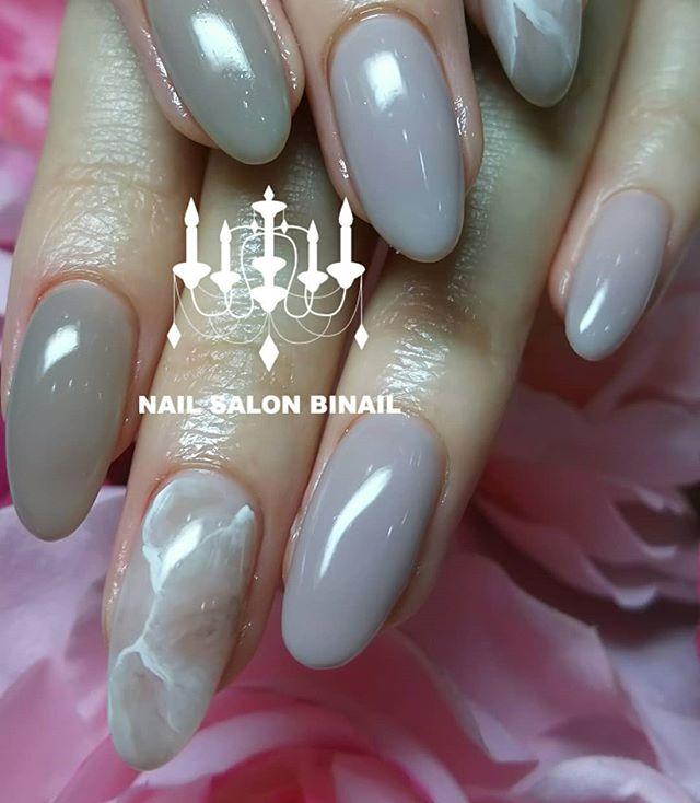 「シンプルなネイルは綺麗な爪を際立たせます大人上品なカラーに大理石アートが映えますお洋服にも合わせやすくて人気のデザインですネイルサロン 美NAIL.Add: 神戸市北区北五葉1-6-1HP: http://www.bnail.jp/.#nail #nails #nailart #gelnail #kobe #ネイル #ネイルアート #ジェルネイル #ネイルデザイン #神戸市北区ネイルサロン #ネイルサロン美ネイル #美NAIL#美NAIL西鈴蘭台店#美nail西鈴蘭台店究極のフィルイン#究極のフィルイン#パラジェル#削らないジェル#自爪を削らないジェル#西鈴蘭台#2018秋ネイル#大理石ネイル#シンプルネイル#グレージュ#アースカラー#大人ネイル (Instagram)