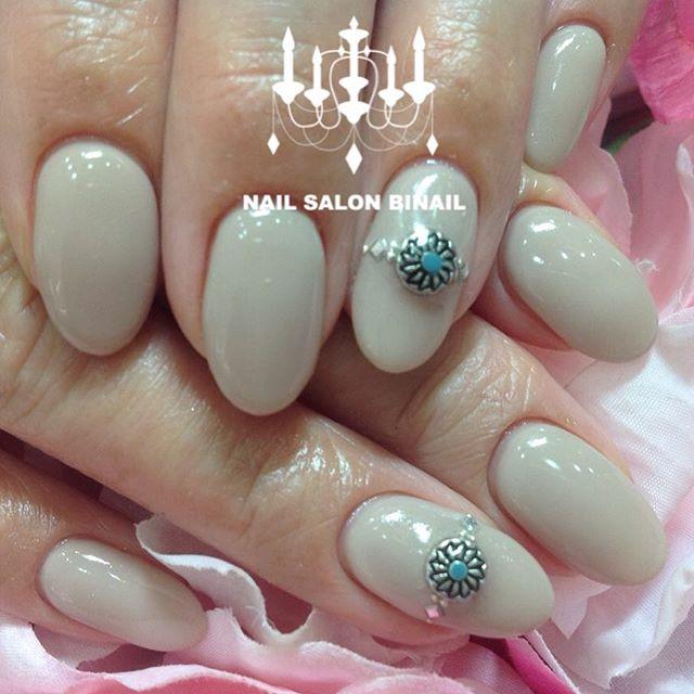 「シンプルワンカラーネイル秋カラーは根元から塗るのが大人気.ワンポイントにパーツを付けることで、シンプル過ぎず少し華やかに.ヌーディな秋にカラーも濃い秋カラーもどちらも大人気です.ネイルサロン  美NAIL.Add:神戸市北区北五葉1-6-1HP:http://www.bnail.jp/.#nail #nails #nailart #gel nail #kobe #ネイル #ネイルアート #ジェルネイル #ネイルデザイン #神戸市北区ネイルサロン #ネイルサロン美NAIL #美NAIL#ネイルサロン美NAIL西鈴蘭台店#美NAIL西鈴蘭台店究極のフィルイン#パラジェル#自爪を削らない#自爪に優しい#秋カラー#ワンカラー#シンプルネイル#ワンポイントパーツ#秋ネイル (Instagram)