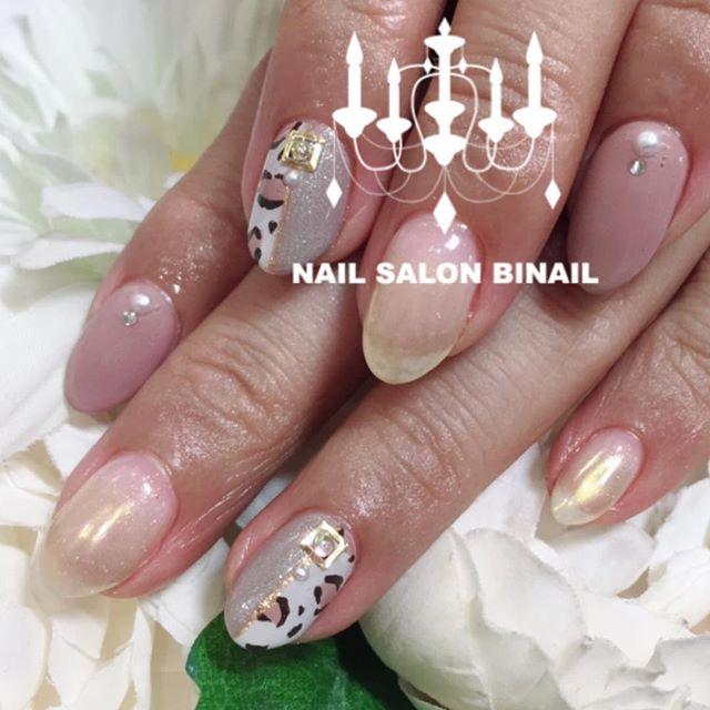 「秋に大人気レオパードカラーと半分ずつに分けることで派手すぎず大人っぽい雰囲気に.ゴールドのミラーネイルもグラデーションなので派手さが出過ぎず落ち着いた雰囲気になります.ネイルサロン  美NAIL.Add:神戸市北区北五葉1-6-1HP:http://www.bnail.jp/.#nail #nails #nailart #gel nail #kobe #ネイル #ネイルアート #ジェルネイル #ネイルデザイン #神戸市北区ネイルサロン #ネイルサロン美NAIL #美NAIL#ネイルサロン美NAIL西鈴蘭台店#美NAIL西鈴蘭台店究極のフィルイン#パラジェル#自爪を削らない#自爪に優しい#レオパード#ミラーネイル#大人可愛い (Instagram)