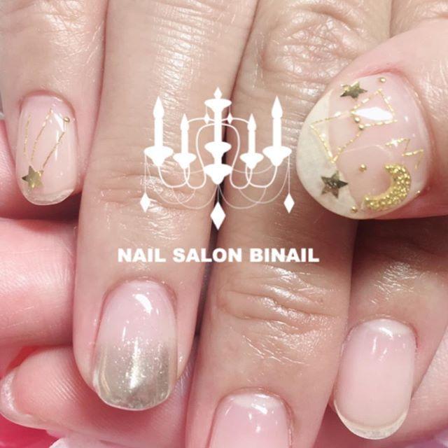 「流星群ネイル.先日、流星群を見に行くとのことで星を使ったアートをさせていただきました.クリアにパーツで透明感抜群のネイルにミラーねいるもグラデーションにすることで派手すぎず大人っぽい仕上がりに.ネイルサロン  美NAIL.Add:神戸市北区北五葉1-6-1HP:http://www.bnail.jp/.#nail #nails #nailart #gel nail #kobe #ネイル #ネイルアート #ジェルネイル #ネイルデザイン #神戸市北区ネイルサロン #ネイルサロン美NAIL #美NAIL#ネイルサロン美NAIL西鈴蘭台店#美NAIL西鈴蘭台店究極のフィルイン#パラジェル#自爪を削らない#自爪に優しい#イベントネイル#成人式ネイル#自分で取れる#自分で取れるジェルネイル#1日だけネイルしたい#ピールオフジェル#流星群#星#星ネイル#流れ星ネイル#ミラーネイル (Instagram)