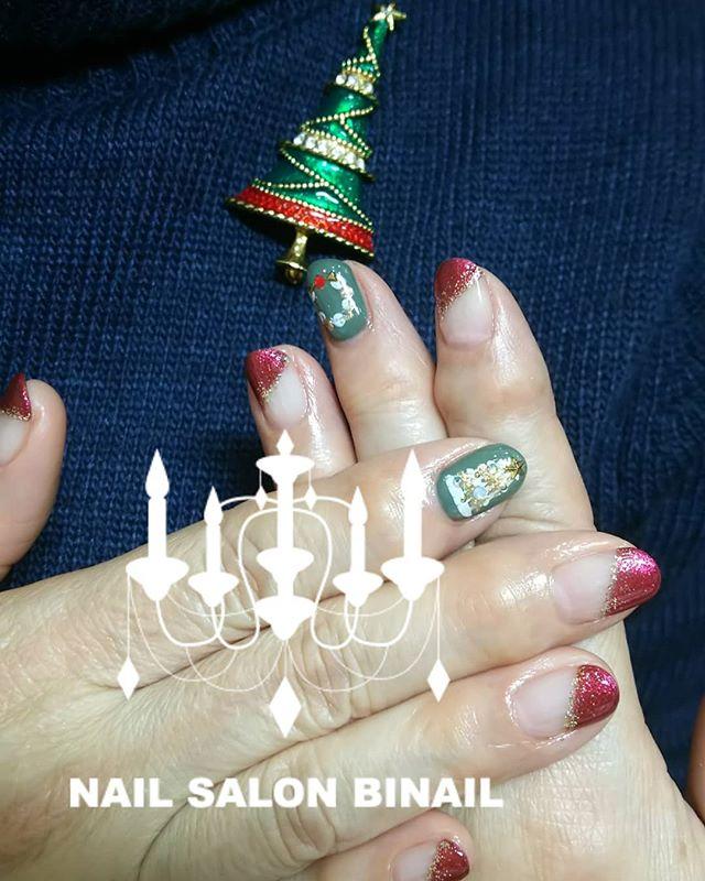 「ブローチに合わせてクリスマスネイル大人だってドキドキしますよね上品な深めのラメ入りレッドにオリーブ色でクリスマスカラーも大人っぽくネイルサロン  美NAIL.Add:神戸市北区北五葉1-6-1HP:http://www.bnail.jp/.#nail #nails #nailart #gel nail #kobe #ネイル #ネイルアート #ジェルネイル #ネイルデザイン #神戸市北区ネイルサロン #ネイルサロン美NAIL #美NAIL#ネイルサロン美NAIL西鈴蘭台店#美NAIL西鈴蘭台店究極のフィルイン#パラジェル#自爪を削らない#自爪に優しい#イベントネイル#成人式ネイル#自分で取れる#自分で取れるジェルネイル#1日だけネイルしたい#ピールオフジェル#2018クリスマスネイル#Xmasネイル#大人のクリスマスネイル#クリスマスカラー#上品ネイル (Instagram)